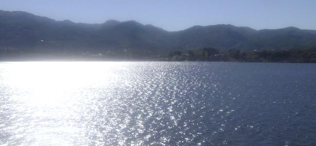 Lago espejado en Potrero de los funes