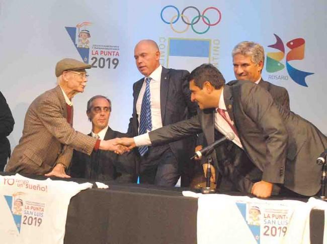 Manuel García Ferré saluda a Darío Rosas Curi, intendente de La Punta
