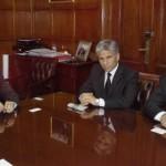 El Gobernador junto a Yauhar y Tomasevich en la reunión.