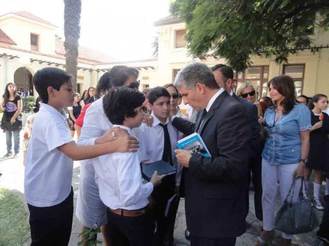 Alumnos conversan con el gobernador Claudio Poggi