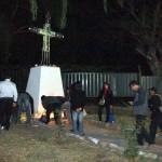Llegada de los fieles en la noche