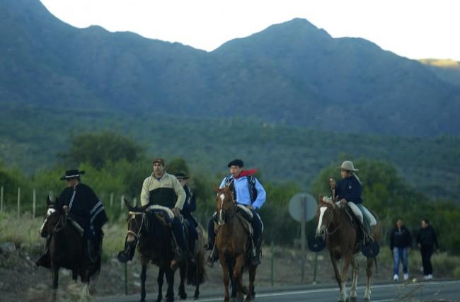Peregrinos llegan a caballo