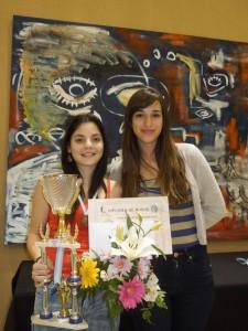 Florencia Fernández y el trofeo junto a Cintia Ramírez